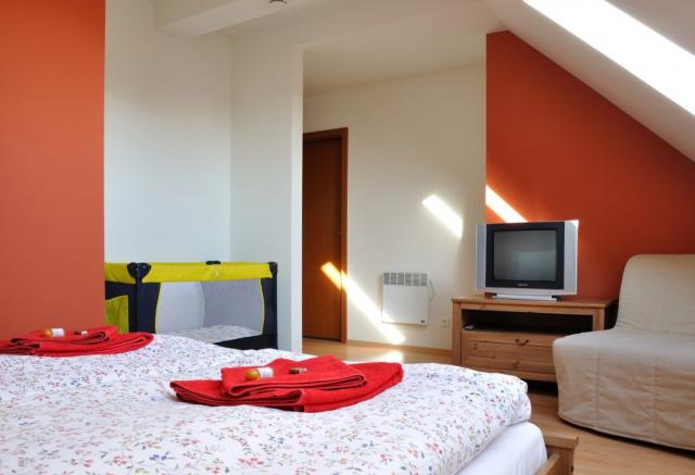 Jednolůžkový pokoj (manželská postel) s dětskou postýlkou